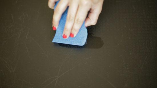 كيفية تنظيف الجدران دون إفساد الطلاء