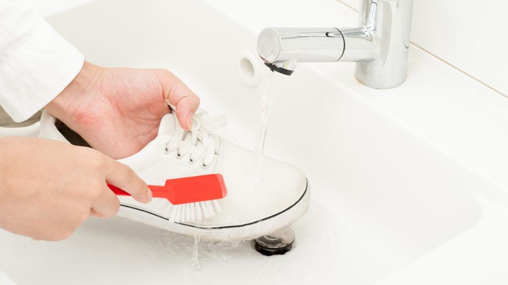 تنظيف الأحذية البيضاء